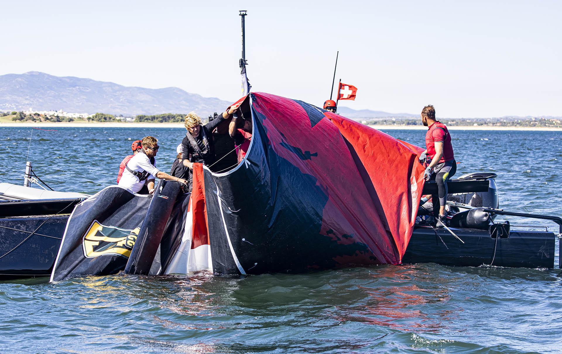Dank schneller Hilfe konnten wir auch das Segel retten und waren dank der Unterstützung anderer Teams ...